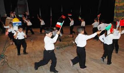 """Crianças palestinas encenam a conquista de Jerusalém sobre """"cadáveres"""" de soldados israelenes."""
