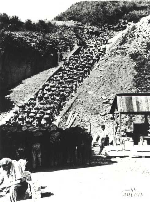 Em foto do Arquivo da S.S., judeus escravizados em Mauthausen sobem a Escada da Morte.