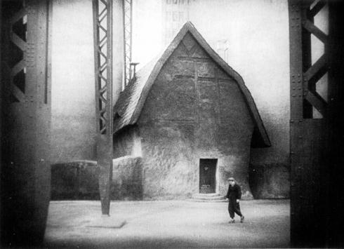 Freder diante da casa expressionista do inventor Rotwang.