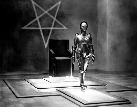 O pentagrama enorme que influi na Pessoa-Máquina. Foto de Horst von Harbou.