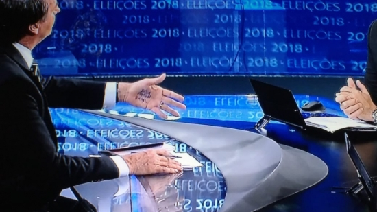 Bolsonaro cola as palavras DEUS, FAMÍLIA e BRASIL em entrevista à Rede Globo. (2)
