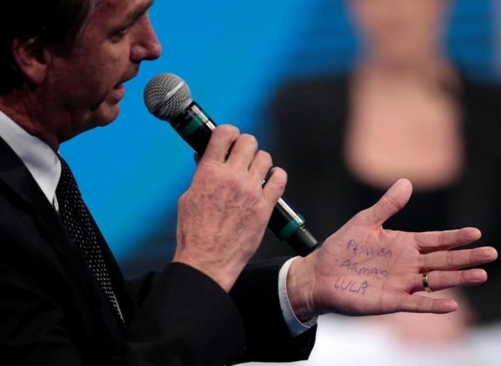Bolsonaro cola as palavras PESQUISA, ARMAS e LULA em debate na Rede TV, 17 ago. 2018. (1)