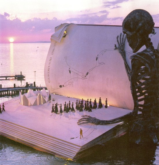 Cenário de livro numa montagem da Ópera de Bregenz, maior palco aquático do mundo.